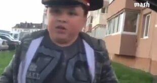 В Магнитогорске школьник в фуражке вымогал взятки у водителей. Видео дня
