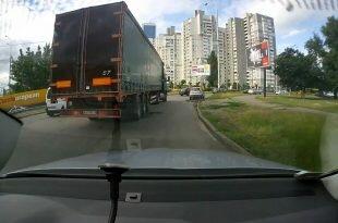 Мертвая зона: легковушка против грузовика. Видео